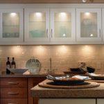 Удобная деревянная кухня с встроенным освещением