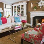 Удобные и мягкие подушки для дивана возле камина