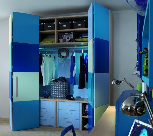 Удобный и функциональный шкаф в комнату для мальчика