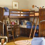 Угловая кровать-чердак с дополнительным спальным местом и столом внизу