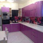 Яркая кухня с верхним освещением