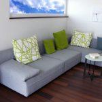 Зеленые подушки для дивана в качестве ярких акцентов