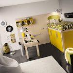 Желтая кровать-чердак с обустроенным гардеробом