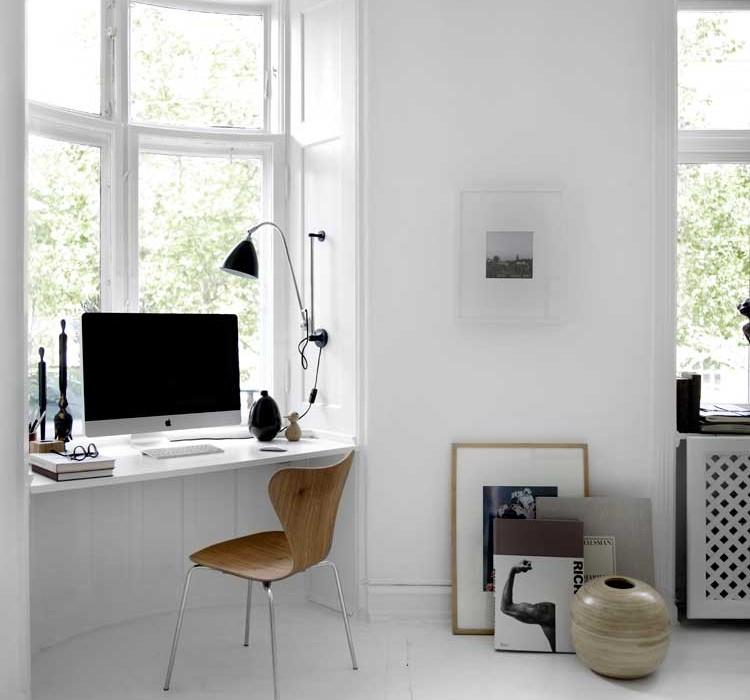 белый стол подоконник
