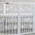 Белая деревянная кровать со звездами