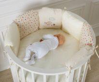 Белая круглая кровать из сосны