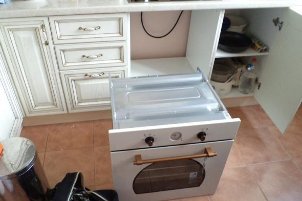 Белая кухня с готовым коробом для техники