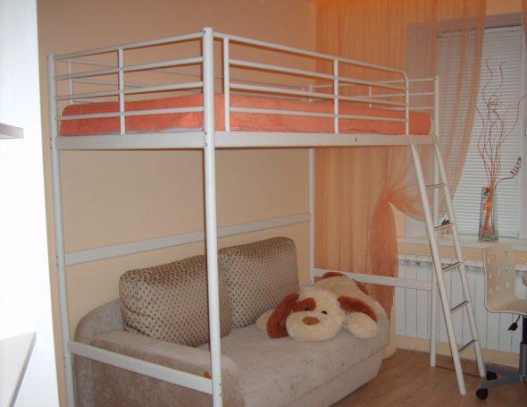 Белая металлическая кровать-чердак в интерьере комнаты