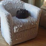 Белоснежное кресло с вязанной наружной частью