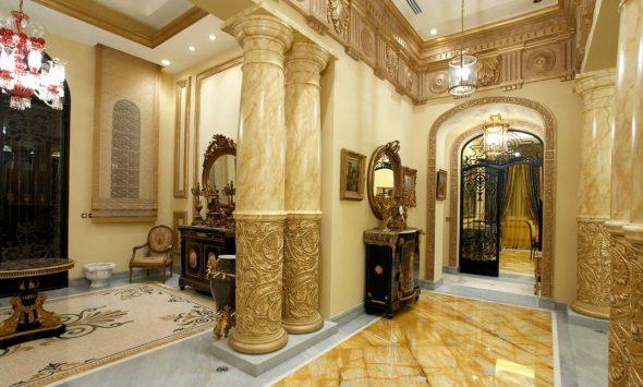 Богатый интерьер в стиле барокко, напоминающий дворец с роскошными колоннами