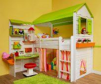 Деревянный домик с кроватью и столом