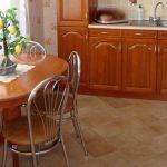 Деревянный овальный стол для кухни