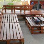 Деревянный уголок со столиком