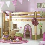 Детская кровать-чердак, расположенная в углу маленькой детской комнаты