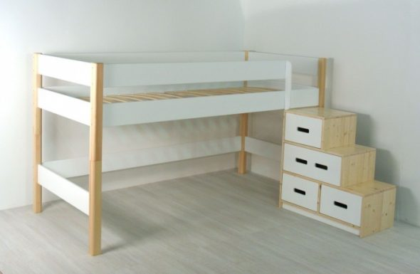 Детская кровать с лестницей-ящиками