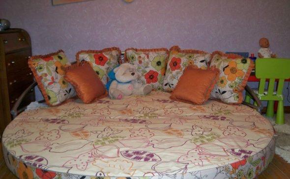 Детский круглый диван с мягкой обивкой
