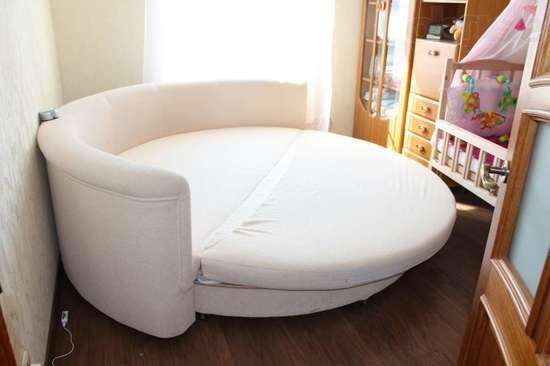 Диван-кровать круглая в маленькой комнате