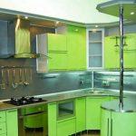 Духовой шкаф, установленный в коробе внизу кухни