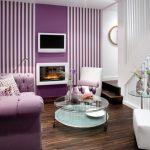 Фиалковый диван в небольшой гостиной