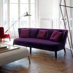 Фиолетовый диван с бордовыми подушками на ножках