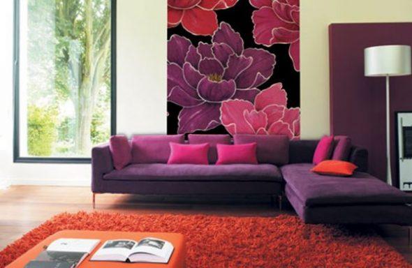 Гостиная с фиолетовым диваном и бордовыми подушками