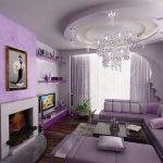 Классический дизайн гостиной с камином и фиолетовым диваном