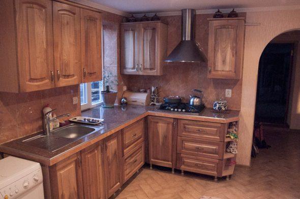 Красивая и уютная кухня из ореха