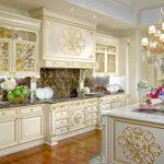 Красивая кухня с островом в стиле барокко