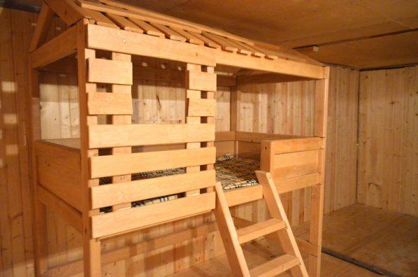 Кровать чердак домик из дерева