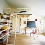 Кровать с наклонной лестницей и книжными полками