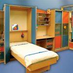 Кровать с подъемным механизмом для разноцветной детской