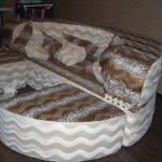 Круглый леопардовый диван в интерьере
