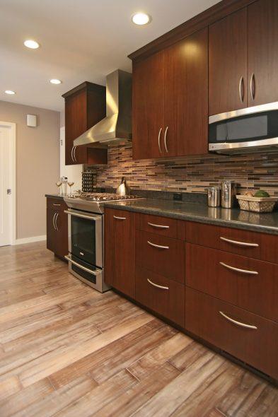 Кухня цвета ореха в интерьере
