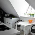 Кухня на мансардном этаже с необычной мебелью