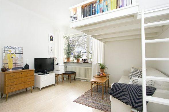 Квартира-студия с убранной наверх кроватью для сна и местом для отдыха внизу