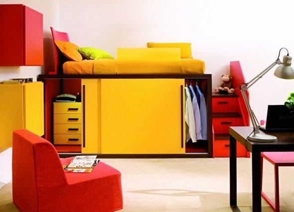 Лестница с подиумом для яркой и оригинальной кровати-чердак