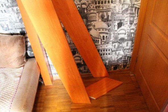 Лестница с уклоном в сторону под радиус открывания двери