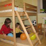 Маленькая деревянная кровать для детской