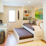 Маленькая светлая подростковая спальня