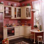 Маленькая уютная кухня с варочной поверхностью и духовым шкафом