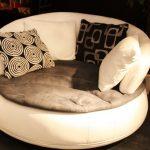 Маленький круглый диван