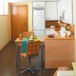 Маленький выдвижной столик, встроенный в кухню