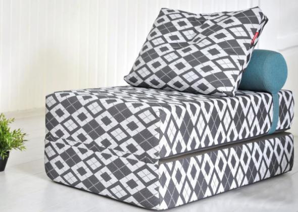 Кресло-кровать с необычным орнаментом
