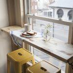 Необычный стол-полка у окна