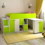 Невысокая модель кровати с выдвижным столом и удобными шкафчиками