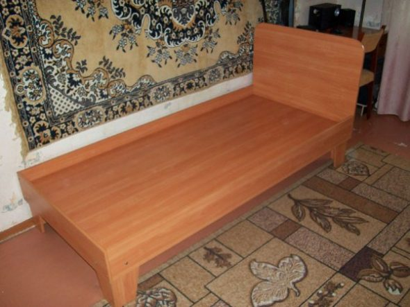 Односпальная кровать с прикрепленным изголовьем