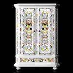 Оригинальный белый шкаф с необычным орнаментом