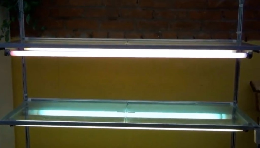 освещение металлического стеллажа лампами