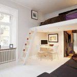 Отличное решение для экономии места- кровать над входом