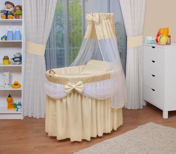 Овальная кровать с бежевым декором